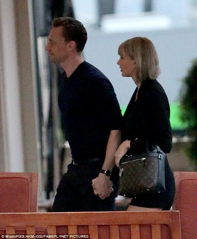 Taylor Swift và Tom Hiddleston hạnh phúc nắm tay nhau đi ăn tối tại Nashville, Tennessee, Mỹ ngày 24/6 vừa qua