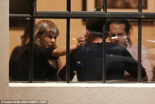 Ca sỹ 27 tuổi liên tục được bạn trai người Anh hôn tay âu yếm trong bữa tối bên bạn bè