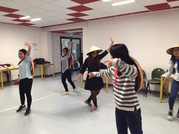 Các bạn trẻ Việt tại Toulouse đang ráo riết tập luyện.