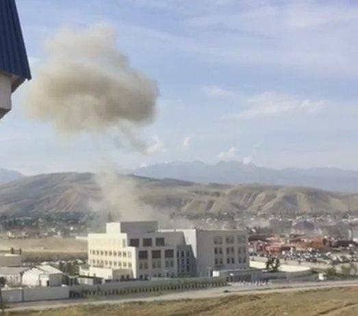 Vụ nổ lớn kéo theo cột khói dày đặc ở đại sứ quán Trung Quốc tại Bishkek. (Ảnh: Twitter)