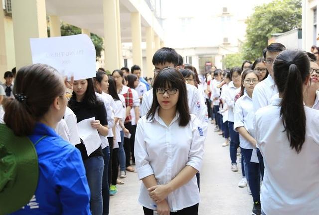 Thí sinh xếp hàng tham dự kỳ thi Đánh giá năng lực vào ĐH Quốc gia Hà Nội