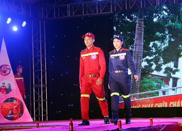 Cặp đôi Đỗ Thành Long và Hà Thị Thùy Liên sải bước catwalk trên sân khấu.