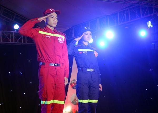 Cặp thí sinh được yêu thích nhất Chu Thị Thanh Hiền và Nguyễn Đình Hiếu nghiêm trang chào khán giả