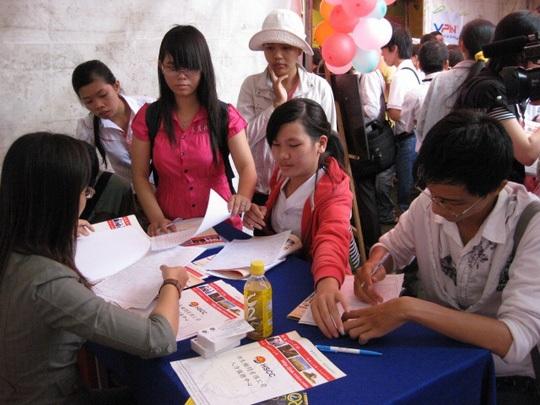 Người lao động tham gia ngày hội việc làm do Trung tâm Dịch vụ Việc làm TP HCM tổ chức
