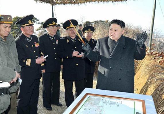 Nhà lãnh đạo Triều Tiên Kim Jong-un (ngoài cùng bên phải). Ảnh: AFP