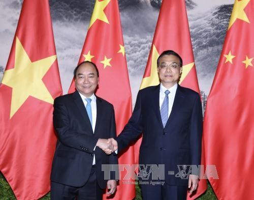 Thủ tướng Quốc vụ viện Trung Quốc Lý Khắc Cường đón Thủ tướng Chính phủ Nguyễn Xuân Phúc. Ảnh: Thống Nhất/TTXVN