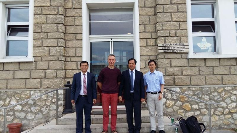 TS. Tuân (ngoài cùng bên phải) cùng lãnh đạo trường ĐH Nông Lâm thăm và làm việc tại Viện nghiên cứu Nông nghiệp Versailles, Pháp (INRA)