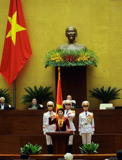Chủ tịch Quốc hội Nguyễn Thị Kim Ngân trong lễ tuyên thệ nhậm chức đầu tiên trong lịch sử. (Ảnh: Như Phúc)