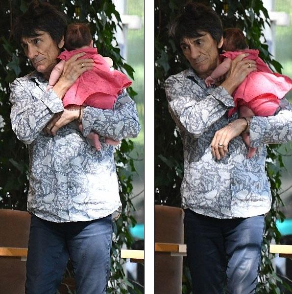 Vợ đầu tiên của Ronnie là cựu người mẫu Krissy Findlay, bà mất vào năm 2005, dã sinh cho ông một cậu con trai, hiện đã 39 tuổi. Ông còn có một cô con gái 37 tuổi và con trai 32 tuổi với người mẫu Jo Wood, 64 tuổi. Ông nhận con riêng của bạn gái cũ làm con nuôi.
