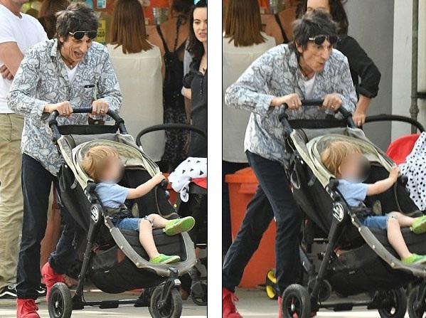 """Ronnie Wood hạnh phúc khi được chăm sóc con và """"tháp tùng"""" vợ trẻ đi chơi. Ngôi sao U70 không xa lạ gì với việc chăm sóc con nhỏ. Ông có 6 đứa con với 3 người phụ nữ khác nhau."""