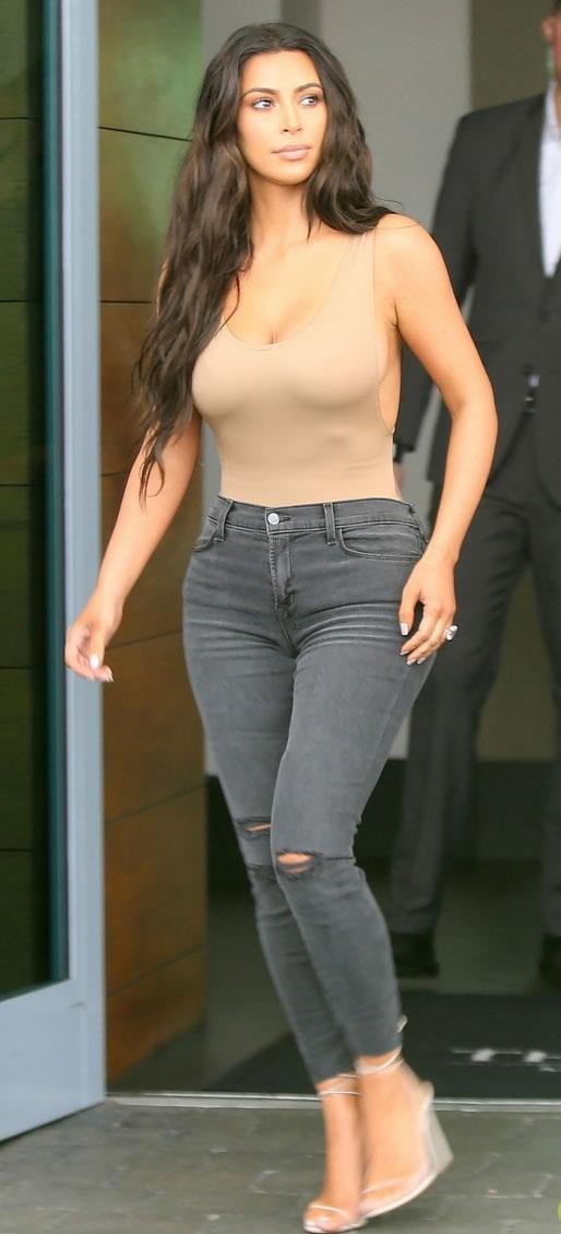 """Phản cảm với thời trang """"mặc như không"""" của Kim Kardashian - 7"""