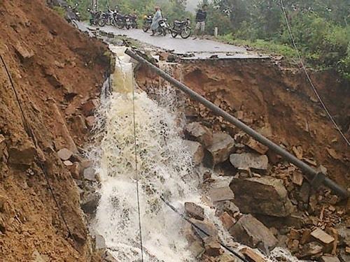 Đường ô tô từ thành phố Lào Cai lên Sa Pa bị mưa lũ chia cắt làm gián đoạn giao thông 2 ngày liền.