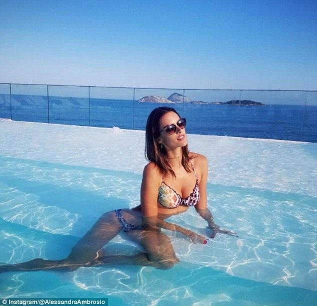 Siêu mẫu 35 tuổi khoe dáng thon gọn và săn chắc bên bể bơi