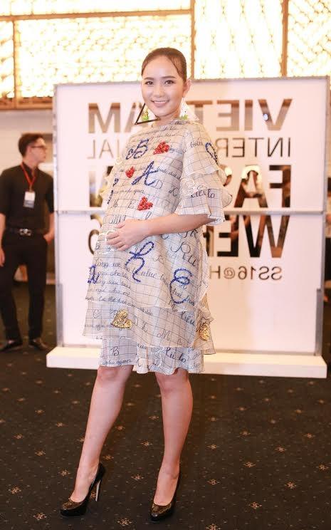 Người mẫu Phan Như Thảo bế bụng bầu dự sự kiện. Cô đang mang thai với chồng cũ Ngọc Thúy
