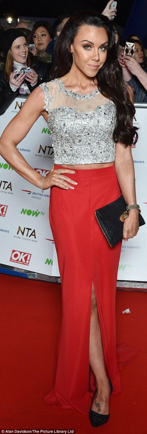 Michelle Heaton diện chiếc áo ngắn và chân váy không liên quan