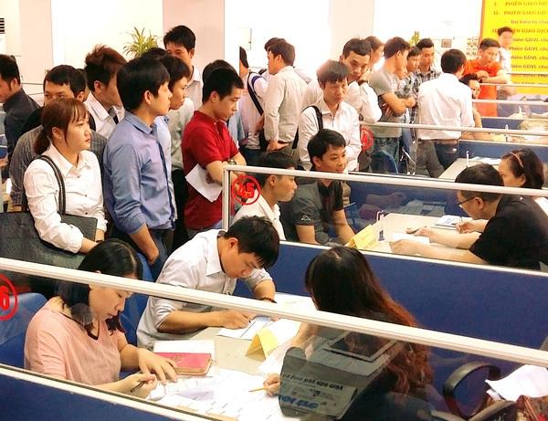 Lao động tìm việc tại TT DVVL Hà Nội (Ảnh: H.M)
