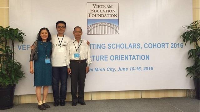 Khương và bố mẹ trong ngày nhận học bổng của quỹ VEF.