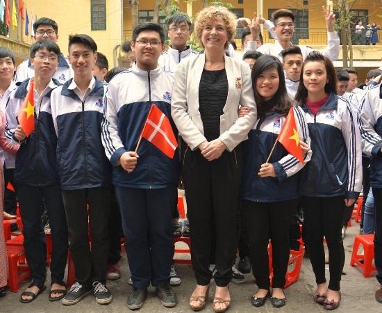 Bộ trưởng giáo dục Đan Mạch Christine Antorini và học sinh trường THPT Đinh Tiên Hoàng - Hà Nội, tháng 3/2015.