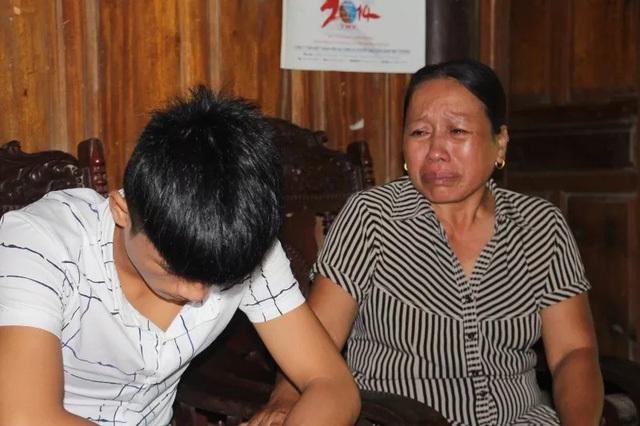 Mẹ của em Khánh đau đớn khi tòa tuyên án con 18 tháng tù giam vì tội Cướp tài sản.