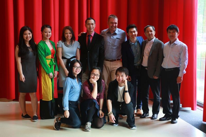 Ban chấp hành chụp hình cùng các lãnh đạo Đại sứ quán Việt Nam tại Hà Lan. Sự thành lập của VSNL có sự thúc đẩy và giúp đỡ rất lớn từ Đại sứ quán.