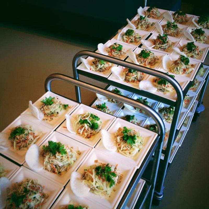 Một góc nhỏ đồ ăn được phục vụ trong đêm sự kiện