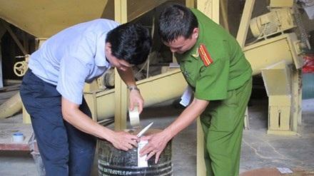 Hàng chục tấn hóa chất công nghiệp còn tồn trong kho dùng để sản xuất thức ăn chăn nuôi, thủy sản.