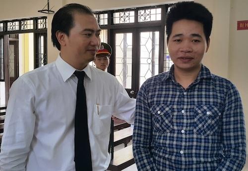 Luật sư Trương Anh Tú (trái) bên bị cáo Đàm Thuận Thao trong vụ án chiếc dùi đục tưởng tượng.