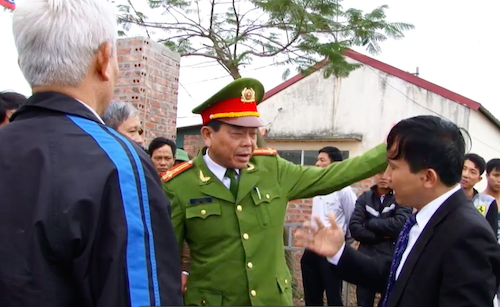 Ông Vũ Văn Sơn - Phó trưởng Công an huyện Yên Dũng huy động hàng chục công an đến yêu cầu những ai không phải người của công ty Bắc Hải Hưng ra khỏi nhà máy của Công ty Hải Hà.