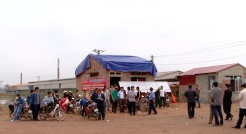 Ngày 9/3, sau quyết định hoãn thi hành án của Chi cục thi hành án huyện Yên Dũng, thực tế hàng chục cán bộ công nhân nhà máy gạch Hải Hà vẫn bị đuổi ra khỏi cổng nhà máy.