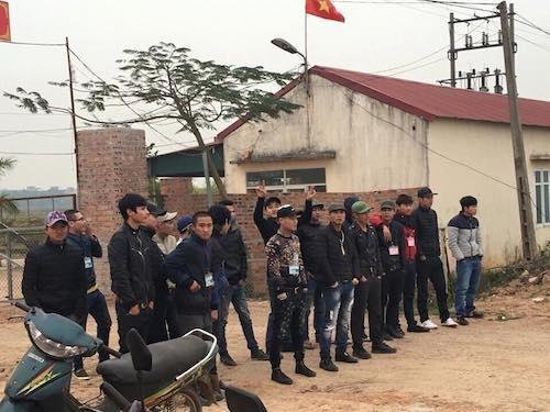 Hàng chục đối tượng bặm trợn lập rào chắn trước cổng nhà máy xua đuổi công nhân của công ty Hải Hà.