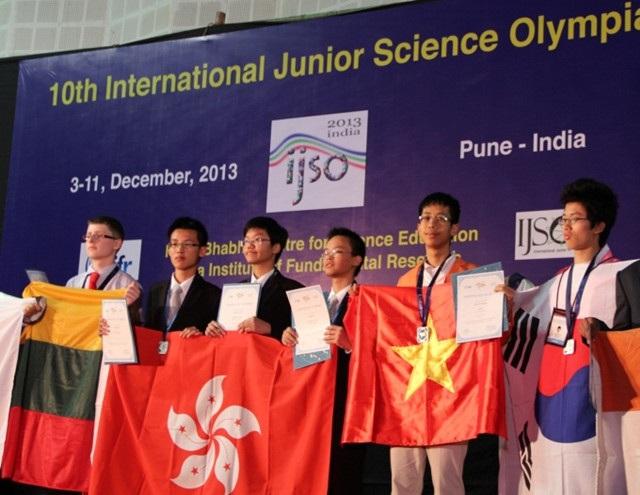 Vũ Quang giành huy chương Bạc Khoa học trẻ Quốc tế (IJSO) năm 2013 tại Ấn Độ.