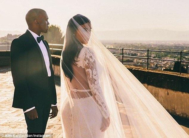 Năm 2014, trong đám cưới lần 3, Kim Kardashian diện váy triệu đô trong ngày cưới. Đây là thiết kế của NTK của Givenchy - Roccardo Tisci