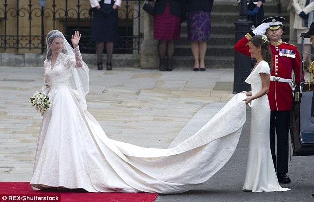 Kate đã chọn NTK Sarah Burton, giám đốc sáng tạo của Alexander McQueen để thiết kế váy cưới cho mình