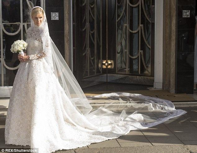 Tháng 7 năm ngoái, cô em gái của Paris Hilton - Nicky đã kết hôn với 1 tỷ phú trẻ. Người đẹp diện váy cưới giá hơn 1,6 tỷ VNĐ của nhãn hiệu mà cô yêu thích - Valentino