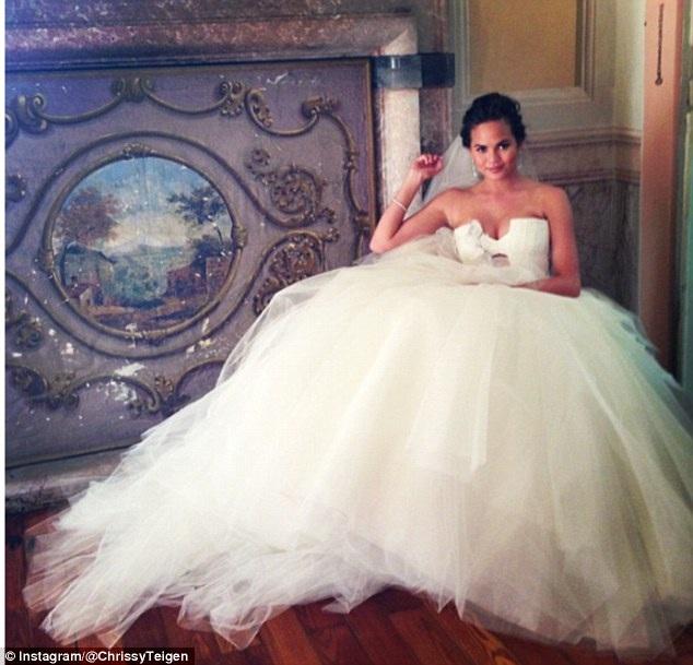 Trong đám cưới tại Ý vào năm 2013, siêu mẫu áo tắm Chrissy Teigen diện bộ váy như của công chúa do NTK Vera Wang thiết kế riêng cho cô