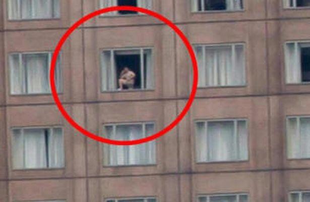 Một người đàn ông khoả thân đứng nói chuyện bên cửa sổ đã vô tình làm bức ảnh trở nên đặc biệt.