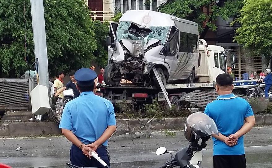 Chiếc xe gặp nạn được đưa đi khỏi hiện trường.