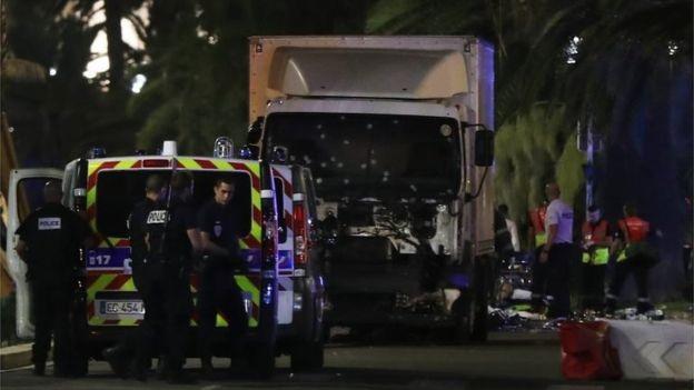 Chiếc xe tải trắng lao vào đám đông. (Ảnh: AFP)