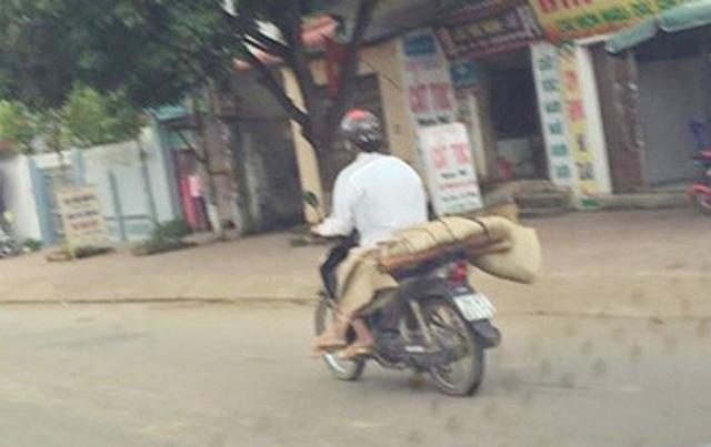 Hình ảnh anh Lò Văn Muôn chở thi thể người em gái của mình về nhà bằng xe máy đã gây xôn xao dư luận mấy ngày qua (Ảnh: Facebook Tùng Hải).