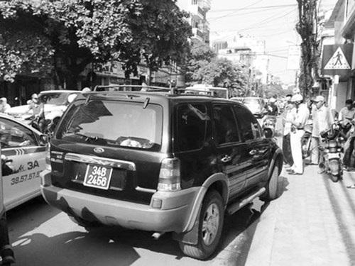 Xe biển xanh vi phạm bị CSGT Hà Nội xử phạt nghiêm khắc. (Ảnh: An ninh Thủ đô)