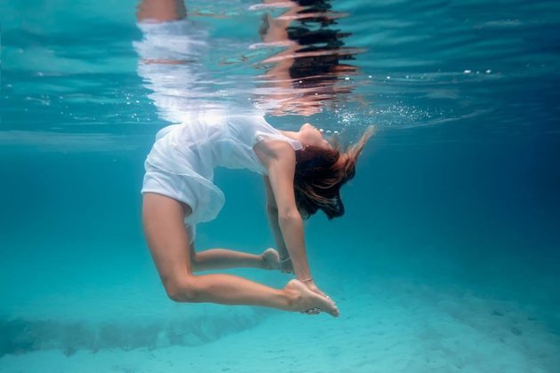 Kỳ thú những tư thế yoga trong lòng đại dương - 2