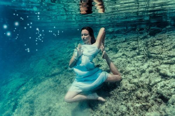 Kỳ thú những tư thế yoga trong lòng đại dương - 5