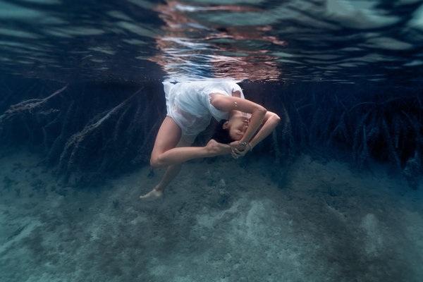 Kỳ thú những tư thế yoga trong lòng đại dương - 7