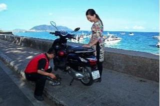 Chiếc xe Grande của chị Gấm đang được đội mobile service của Yamaha ứng cứu