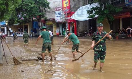 Bộ đội dọn bùn sau cơn bão số 3 ở Yên Bái. (Ảnh: Báo Yên Bái)