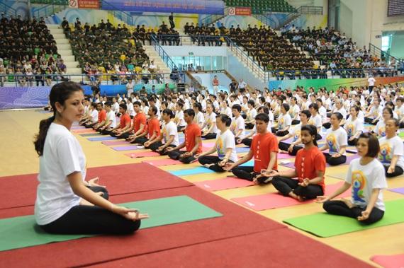 Đồng diễn Yoga lần thứ nhất với sự hướng dẫn của các chuyên gia Ấn Độ