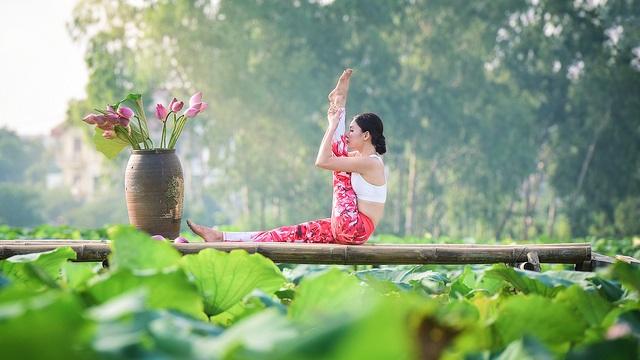 Tạo dáng yoga đẹp mắt bên hồ sen của cô gái Hà thành - 2