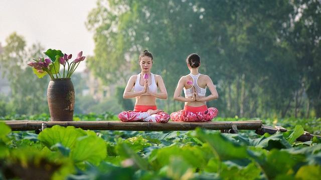 Tạo dáng yoga đẹp mắt bên hồ sen của cô gái Hà thành - 4