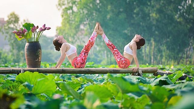 Tạo dáng yoga đẹp mắt bên hồ sen của cô gái Hà thành - 5