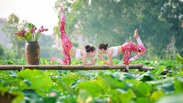Tạo dáng yoga đẹp mắt bên hồ sen của cô gái Hà thành - 7